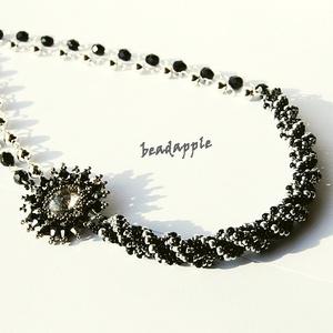 Fekete-ezüst aszimmetrikus nyakék, Ékszer, Gyöngyös nyaklác, Nyaklánc,  Egy elegánsabb nyakéket készítettem, melyet bátran ajánlok színházba, bálba, akár a kis fekete ruha..., Meska