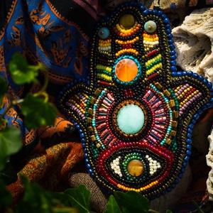 Fatima keze, Falra akasztható dekor, Dekoráció, Otthon & Lakás, Gyöngyfűzés, gyöngyhímzés, Hímzés, Mérete: 11*13 cm.\nFatima keze az egyik legősibb védelmező szimbólum, megtalálható az arab, a zsidó é..., Meska