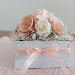 Rózsás ajándékdoboz, Díszdoboz, Dekoráció, Otthon & Lakás, Mindenmás, Virágkötés, Rózsás ajándékdoboz minden alkalomra. Papír kocka dobozba tettem oázis, majd azt sizállal, habrózsáv..., Meska