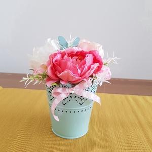 Virágos asztaldísz pillangóval, Asztaldísz, Dekoráció, Otthon & Lakás, Mindenmás, Virágkötés, Csipke mintás, zöld fém kaspóba, oázis tettem, majd színes virágokkal és pillangóval díszítettem. Vi..., Meska