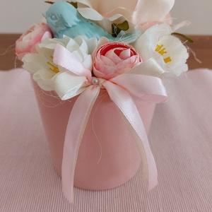 Rózsaszínben pompázó, madárkás asztaldísz, Asztaldísz, Dekoráció, Otthon & Lakás, Mindenmás, Virágkötés, Rózsaszín cserepet díszítettem színes virágokkal és türkiz madárkával. \n\nkézműves termék, készítette..., Meska