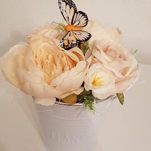 Virágos asztaldísz fém vödörben, Otthon & Lakás, Dekoráció, Asztaldísz, Mindenmás, Virágkötés, Trendi virágos asztaldísz fém vödörben. Kellemes színvilágával minden otthonhoz illik. Fém vödröt vö..., Meska