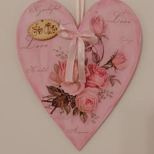 Romantikus szív alakú rózsás ajtódísz, Otthon & Lakás, Dekoráció, Ajtódísz & Kopogtató, Decoupage, transzfer és szalvétatechnika, Festett tárgyak, Natúr fa szív alapot festettem, majd decoupage technikával rózsás szalvétával díszítettem. Végül ker..., Meska