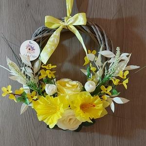"""Tavaszi ajtókopogtató, Otthon & Lakás, Dekoráció, Ajtódísz & Kopogtató, Virágkötés, Mindenmás, Szürke, vintage stílusú vessző koszorút díszítettem tavaszi virágokkal, \""""Édes Otthon \"""" felirattal. \n..., Meska"""