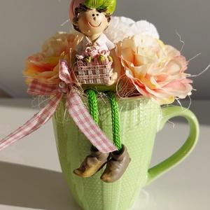 Tavaszi bögrés asztaldísz, Otthon & Lakás, Dekoráció, Asztaldísz, Virágkötés, Mindenmás, Zöld bögrét díszítettem, színes virágokkal és lógó lábú tavaszi kerámia figurával. \n\nkézműves termék..., Meska