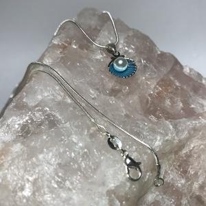 Ezüst 925 nyaklánc kék színű kagyló medállal, Ékszer, Nyaklánc, Medálos nyaklánc, Ékszerkészítés, 925 Sterling ezüst nyaklánc vidám színes kagyló medállal.\nFém festett kagyló kagylógyönggyel van dís..., Meska