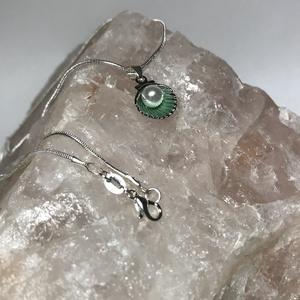 Ezüst 925 nyaklánc zöld színű kagyló medállal, Ékszer, Nyaklánc, Medálos nyaklánc, Ékszerkészítés, 925 Sterling ezüst nyaklánc vidám színes kagyló medállal.\nFém festett kagyló kagylógyönggyel van dís..., Meska