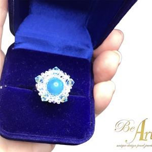 Swarovski gyűrű kék sávos Achát golyóval nikkelmentes, Ékszer, Gyűrű, Gyöngyös gyűrű, Gyöngyfűzés, gyöngyhímzés, Ékszerkészítés, Swarovski gyűrű kék sávos Achát golyóval a közepén.\n\nAnyaga: nikkelmentes\n\nBár színét mesterségesen ..., Meska