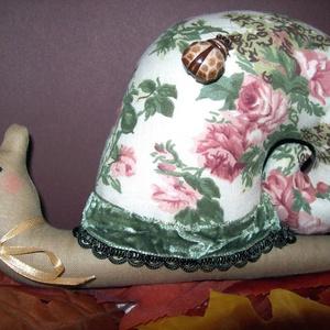 Vintage csiga , Dísztárgy, Dekoráció, Otthon & Lakás, Baba-és bábkészítés, Varrás, Ez a vintage jellegű csiga természetes alapanyagokból készült.Vidám hangulatot teremt otthonunkban.\n..., Meska