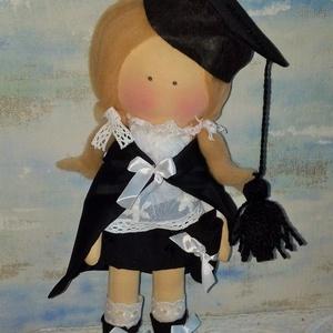 Diplomás baba, Dekoráció, Otthon & lakás, Dísz, Baba-és bábkészítés, Varrás, 35 cm magas textilbaba.\nFriss diplomával....:)\nHaja gyapjú, ruházata ünnepi hangulatú, ami fixen rög..., Meska