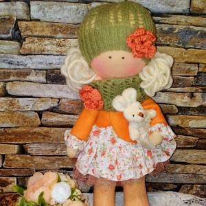 Narancs baba, Gyerek & játék, Játék, Játékfigura, Otthon & lakás, Baba-és bábkészítés, Varrás, 30 cm magas textilbaba.\nLeginkább állni szeret,de ültetni is lehet.\nHaja gyapjúfonalból készült.\nRuh..., Meska
