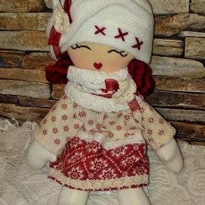 Karácsonyi baba, Gyerek & játék, Játék, Játékfigura, Plüssállat, rongyjáték, Baba-és bábkészítés, Varrás, 33 cm magas puha, könnyű textilbaba.\nSzemét hímeztem, haja fonalból készült.\nSapkája egyedi ,horgolt..., Meska
