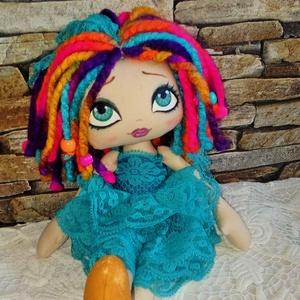 Rózi baba, Gyerek & játék, Játék, Játékfigura, Plüssállat, rongyjáték, Baba-és bábkészítés, Varrás, 37 cm magas textilbaba.\nArcát kézzel festettem, haja színes fonal, amibe gyöngyöket fontam.\nA baba r..., Meska