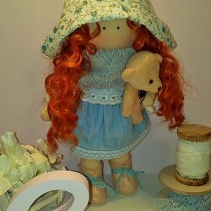Tilda kalapban, Baba, Baba & babaház, Játék & Gyerek, Baba-és bábkészítés, Varrás, 30 cm magas textilbaba. Egyedi darab.\nHaja gyönyörű vörös hullámos babahaj.\nFarmerruhát visel, amit ..., Meska