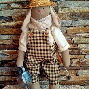 Nyúl úr a kertész, Kerti dísz, Ház & Kert, Otthon & Lakás, Baba-és bábkészítés, Varrás, 40 cm magas textilnyuszi. (ültethető)\nKockás kantáros térdnadrágot visel . A hőség ellen szalmakalap..., Meska