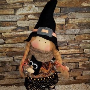Boszi bagollyal, Otthon & Lakás, Dekoráció, Baba-és bábkészítés, Varrás, 38 cm magas textilbaba. (kalappal együtt) Természetes alapanyagokból készítettem.\nHaja 100 % gyapjú...., Meska