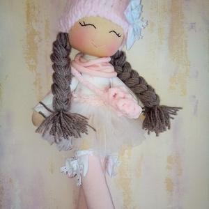 Kis csillag, Játék & Gyerek, 3 éves kor alattiaknak, Alvóka & Rongyi, Baba-és bábkészítés, Varrás, 43 cm magas puha, könnyű textilbaba.\nSzemét , száját hímeztem.\nHaja fonal.\nSapkáját kötöttem, tarisz..., Meska