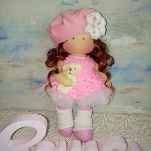 Rózsaszínben, Játék & Gyerek, Baba & babaház, Baba, Baba-és bábkészítés, Varrás, 25 cm magas textilbaba.\nHaja gyönyörű göndör barna babahaj. Sapkájára a virágot horgoltam.\nRózsaszín..., Meska