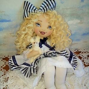 Aliz Csodaországból, Játék & Gyerek, Baba & babaház, Baba, Baba-és bábkészítés, Varrás, 45 cm magas textilbaba.\nArcát kézzel festettem, haja gyönyörű hullámos szőke babahaj.\nA baba ülni és..., Meska