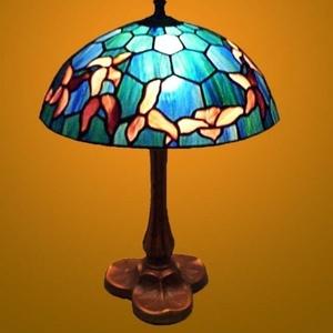 Tiffany lámpa, hatszögletű háttér mintával, Dekoráció, Otthon & lakás, Dísz, Lakberendezés, Lámpa, Hangulatlámpa, Üvegművészet, Ez a tiffany lámpa Wissmach üvegekből készült, öntvény talppal.\nátmérő : 25 cm.\nmagasság : 32 cm.\nA ..., Meska