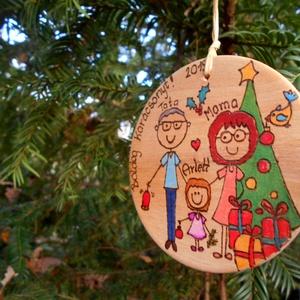 Karácsonyi egyedi gravírozott karácsonyfa dísz, Karácsonyfadísz, Karácsony & Mikulás, Otthon & Lakás, Festészet, Mindenmás, Egyedi,kézzel festett, égetett családi karácsonyfadísz, ajándékkísérő.\nKüldj egy rövid leírást a csa..., Meska
