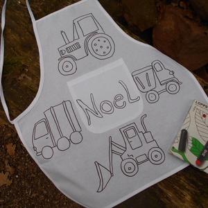 Egyedi, névre szóló gyerek kötény , Otthon & Lakás, Konyhafelszerelés, Kötény, Fotó, grafika, rajz, illusztráció, Kettő az egyben: kötény és foglalkoztató gyerekeknek traktoros mintával.\nA pamut anyagból készült kö..., Meska