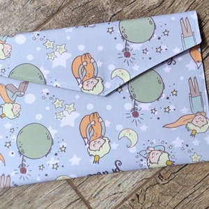Textil irattartó mappa kis herceg mintával, Táska & Tok, Varrás, Te sem szereted a műanyagot? Ez az irattartó dosszié textilből készült. Két réteg közé táskákhoz has..., Meska