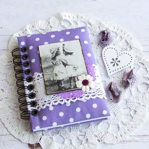 HAPPY VINTAGE napló lila alapon fehér pöttyös textillel, Otthon & Lakás, Jegyzetfüzet & Napló, Papír írószer, Bájos kislány motívumos napló, emlékkönyv vagy jegyzetfüzet A6-os méretben, lila alapon fehér pöttyö..., Meska