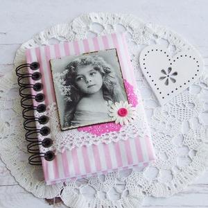 HAPPY VINTAGE napló rózsaszín csíkos textillel, Otthon & Lakás, Jegyzetfüzet & Napló, Papír írószer, Bájos kislány motívumos napló, emlékkönyv vagy jegyzetfüzet A6-os méretben rózsaszín csíkos textille..., Meska