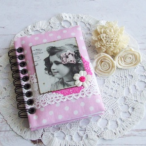 HAPPY VINTAGE napló rózsaszín alapon fehér pöttyös textillel, Otthon & Lakás, Jegyzetfüzet & Napló, Papír írószer, Bájos kislány motívumos napló, emlékkönyv vagy jegyzetfüzet A6-os méretben, rózsaszín alapon fehér p..., Meska