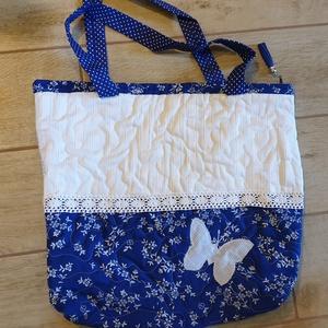 Kékfestő pillangós táska, Táska & Tok, Válltáska, Kézitáska & válltáska, Virágos kékfestő anyagból készült táskát pillangóval és csipkével díszítettem. Mindkét oldalán más m..., Meska