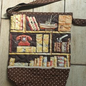 Könyvboly táska, Táska & Tok, Vállon átvethető táska, Kézitáska & válltáska, Egy régi könyvtárszoba, polcokon könyvek, telefon, vitorlás hajó díszíti a táska elejét.  Hátulján m..., Meska