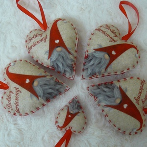 Manó mintás filc szívek, Dekoráció, Karácsonyi, adventi apróságok, Ünnepi dekoráció, Karácsonyfadísz, Karácsonyi dekoráció, Varrás, Manó mintás filcből készült szívek, a csomag 4 nagyobb és 1 kisebb szívet tartalmaz. Csak az egyik ..., Meska