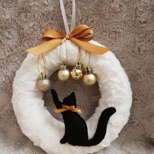 Cicás karácsonyi kopogtató, ajtódísz, Otthon & lakás, Lakberendezés, Ajtódísz, kopogtató, Dekoráció, Ünnepi dekoráció, Karácsonyi, adventi apróságok, Karácsonyi dekoráció, Mindenmás, A kopogtató átmérője kb.20 cm, puha szőrmés anyaggal van bevonva, amit egy filc cica díszít. Más sz..., Meska