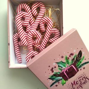 Cukorpálca karácsonyfadísz díszdobozban 10 db, Otthon & Lakás, Karácsony & Mikulás, Karácsonyfadísz, Varrás, 14 cm magas textildísz akasztóval. Cukorpálca alakú, puha vatelinnel töltött pamutvászon. Kicsik kez..., Meska