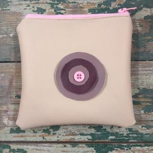 Bézs Pénztárca lila rózsaszín virággal, Táska & Tok, Pénztárca & Más tok, Pénztárca,  Textilbőr pénztárca vagy apróságoknak kis tartóka. 11x13 cm. Cipzáras. Belül hozzá illő mintás pamu..., Meska
