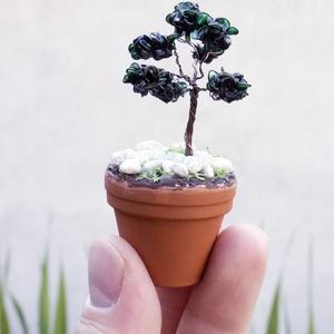 Mini bonsai cserépben - antikolt, Dísztárgy, Dekoráció, Otthon & Lakás, Fémmegmunkálás, Szobrászat, Drótból készítettem ezt a miniatűr fácskát. Zöld festékkel tettem látványossá az ágak csoportosulása..., Meska