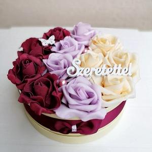 Rózsabox bordó,lila, vaj színű virágokkal, Csokor & Virágdísz, Dekoráció, Otthon & Lakás, Virágkötés, Színben harmonizáló - bordó, halvány lila és vaj színű - habrózsákból készült rózsadoboz, krém színű..., Meska