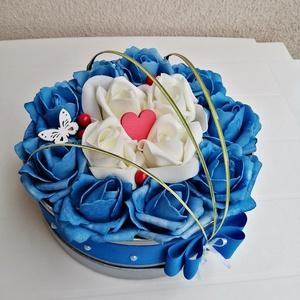 Rózsabox kék és fehér színű virágokkal, Csokor & Virágdísz, Dekoráció, Otthon & Lakás, Virágkötés, Színben harmonizáló - kék és fehér színű - habrózsákból készült rózsadoboz, ezüst színű kalap dobozb..., Meska