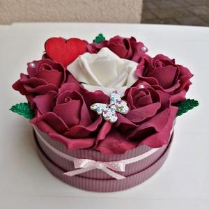 Rózsabox bordó, fehér virágokkal, Csokor & Virágdísz, Dekoráció, Otthon & Lakás, Virágkötés, Színben harmonizáló - bordó és tört fehér- habrózsákból készült rózsadoboz, bordó csíkos  papír dobo..., Meska