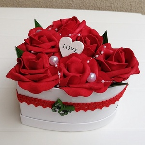 Rózsabox piros színű virágokkal, Otthon & lakás, Dekoráció, Dísz, Sötét piros színű habrózsákból készült rózsadoboz, fehér szív alakú papír dobozban, fehér fa szívvel..., Meska