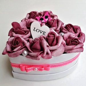 Rózsabox mályva színű virágokkal, Otthon & lakás, Dekoráció, Dísz, Mályva színű habrózsákból készült rózsadoboz, fehér színű szív alakú papír dobozban. Pink kis pillan..., Meska