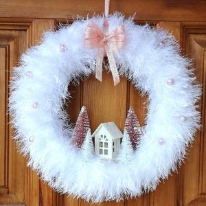 Téli, karácsonyi ajtódísz, kopogtató - házikós, fehér, Otthon & Lakás, Karácsony & Mikulás, Karácsonyi kopogtató, Mindenmás, Havas tájat idéző téli, ünnepi ajtódísz házikóval, fenyőfákkal fehér és mályva színben. \nA koszorú á..., Meska