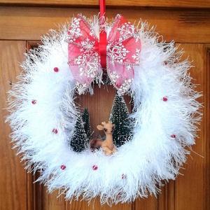 Téli, karácsonyi ajtódísz, kopogtató - őzikés, fehér, Otthon & Lakás, Karácsony & Mikulás, Karácsonyi kopogtató, Mindenmás, Havas tájat idéző téli, ünnepi ajtódísz őzikével, fenyőfákkal. \nA koszorú átmérője kb. 23-24 cm. ..., Meska