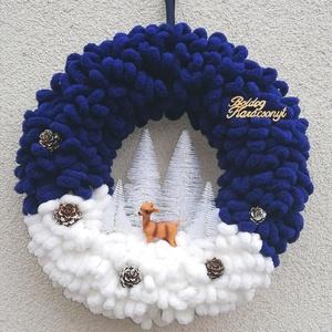 Téli, karácsonyi ajtódísz, kopogtató - őzikés, kék-fehér, Otthon & Lakás, Karácsony & Mikulás, Karácsonyi kopogtató, Mindenmás, Havas tájat idéző téli, ünnepi ajtódísz őzikével , fenyőfákkal fehér és kék színben. \nA koszorú átmé..., Meska