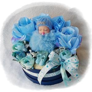 Babaköszöntő, babaváró virágbox - kék II., Játék & Gyerek, Babalátogató ajándékcsomag, Virágkötés, Mindenmás, Kék és színben harmonizáló selyemvirágokból és termésekből készült babaköszöntő virágbox, világoskék..., Meska