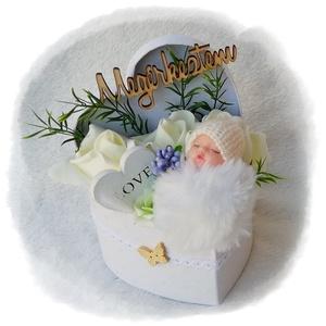 Babaköszöntő, babaváró virágbox - fehér, Játék & Gyerek, Babalátogató ajándékcsomag, Virágkötés, Mindenmás, Fehér habrózsákból, zöld és lila díszítőkből készült babaköszöntő virágbox, fehér bolyhos alvó babáv..., Meska