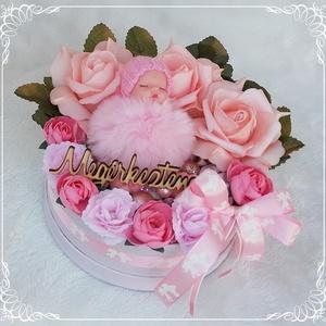 Babaköszöntő, babaváró virágbox - rózsaszínű, Játék & Gyerek, Babalátogató ajándékcsomag, Virágkötés, Mindenmás, Rózsaszínű és színben harmonizáló selyemvirágokból és termésekből készült babaköszöntő virágbox, róz..., Meska
