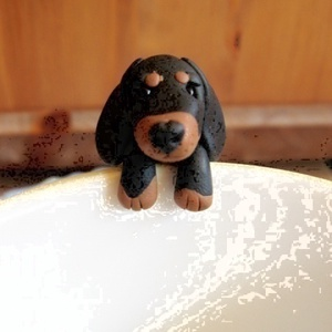 Tacskó kutya teafiltertartó, Konyhafelszerelés, Otthon & lakás, Bögre, csésze, Gyurma, A tacsi fülbevaló után itt van a teafiltertartó tacsi is :)\nFelkapaszkodik a bögrédre és segít abban..., Meska