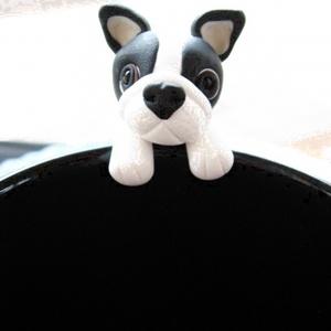 Francia Bulldog teafiltertartó, Konyhafelszerelés, Otthon & lakás, Bögre, csésze, Gyurma, A Francia Bulldog fülbevaló után itt van a teafiltertartó is :)\nFelkapaszkodik a bögrédre és segít a..., Meska